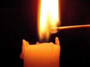Las velas se encienden con cerillas